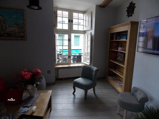 la coin salon et sa bibliothèque