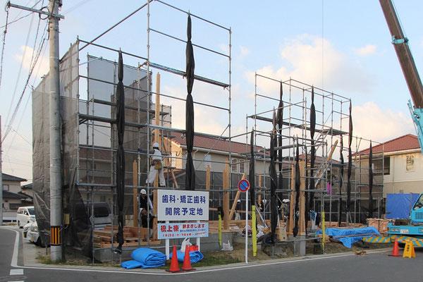 総勢11人の大工さんで棟上げを開始。