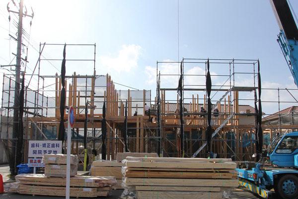 お昼前には、2階の柱が立ち始めました。
