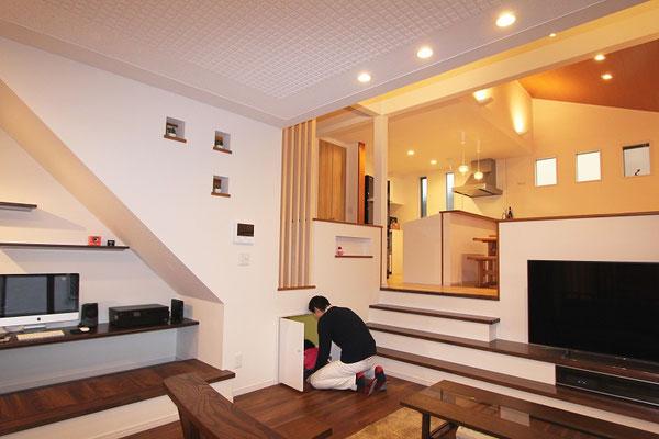 スキップフロア&ビルトインガレージの家(床下収納)