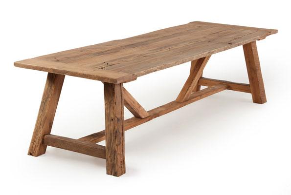Detailbild Charakterisch aus alter Eiche mit Balken Tischgestell