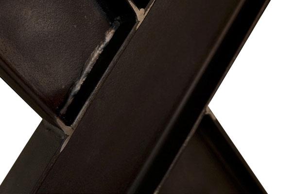 Modernes Kreuztischgestell im Industriedesign