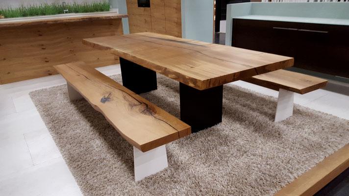 Massiver Esstisch mit Sitzbank, Baumtisch mit Baumkante und Stahlgestell