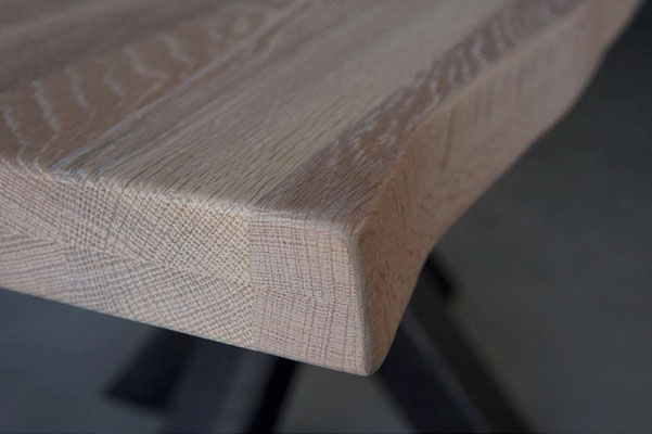 Detailbild Tischplatte Eiche mit Baumkante