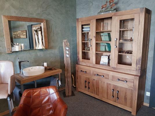 Massiver Wandschrank und Waschtisch aus Altholz Eiche mit Aufsatzwaschbecken