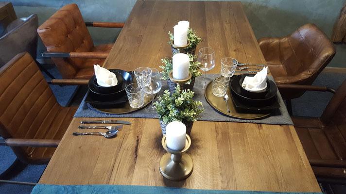 Fein dekorierter Esstisch aus alter Eiche