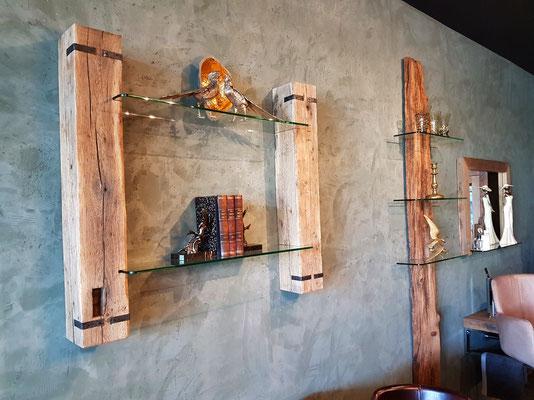 Wandregal aus alten Holzbalken mit Glasböden