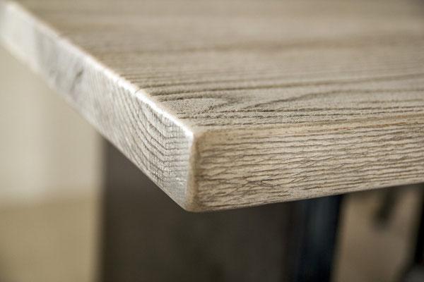 Detailbild Tischplatte aus recyceltem Massivholz Eiche mit gerader Kante