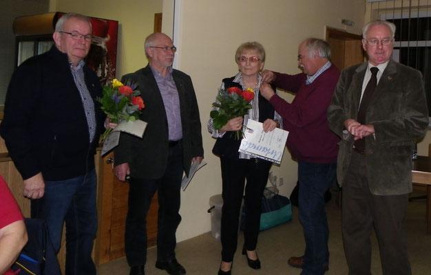 Heidemarie u. Joachim Schmelzle erhalten die Goldene Ehrennadel des KSB