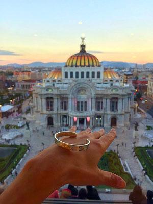 Fräulein Anne Crage in Mexico City am Palacio de Bellas Artes, México, D.F. mit ihrer Koordinaten Armspange
