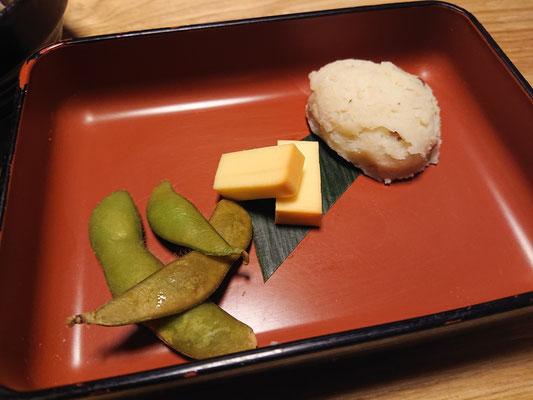 付き出し(枝豆の燻製、卵焼き、ポテトサラダ)
