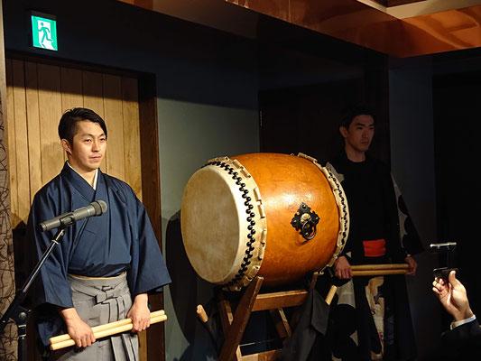 新郎の友人BICHIHORIC(バチホリック)の平さんもお祝いに太鼓を披露されてました。
