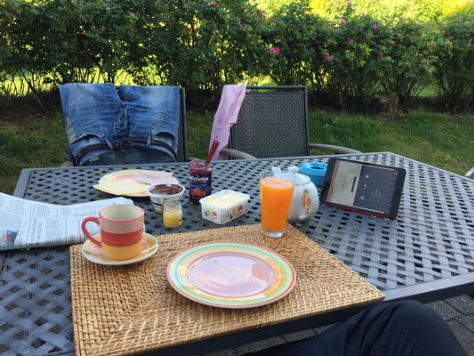 ...Frühstück und Zeitung