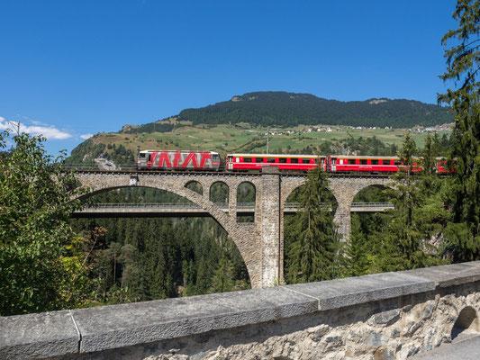 Zug der RhB auf dem Solisviadukt
