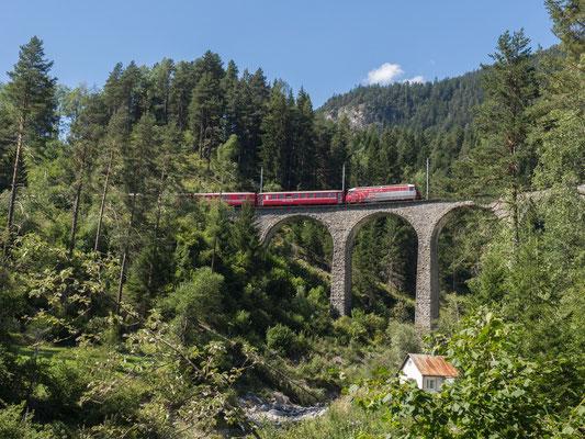Derselbe Zug auf dem Schmittentobel-Viadukt
