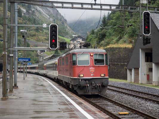 SBB-Zug verlässt den Gotthardtunnel in Göschenen