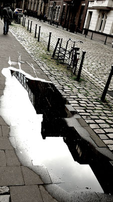 Trottoir-Pfütze-Düsseldorf-Ratinger Straße-14. Jahrhundert-Altstadt-Napoleon-