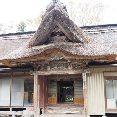 箟峯寺にある宮城県涌谷町指定文化財の茅葺きの住房「仁王堂」