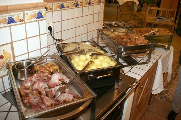 Reichhaltiges Buffet mir warmen Speisen
