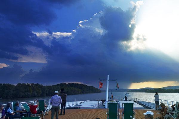 Gewitterfront über dem Rhein