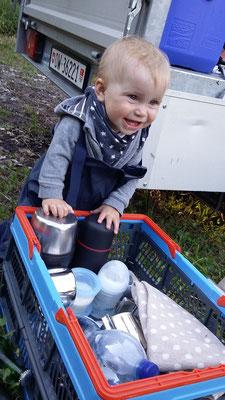 Alva hilft beim Ausräumen! ;-)