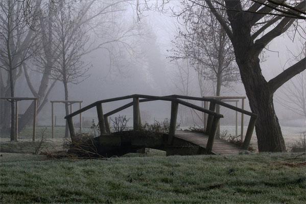 Petit pont de bois à Bougé Chambalud
