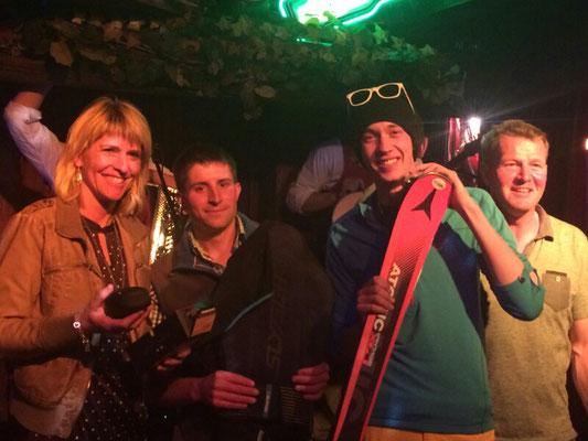 Gewinner des Hauptpreise (Atomic-Ski gesponsort von der Skischule Finkenberg, Glorify Brille gesponsort von Sport Stock Finkenberg und Rückenprotector gesponsort von Insider Sportshop) mit Trainer Helli
