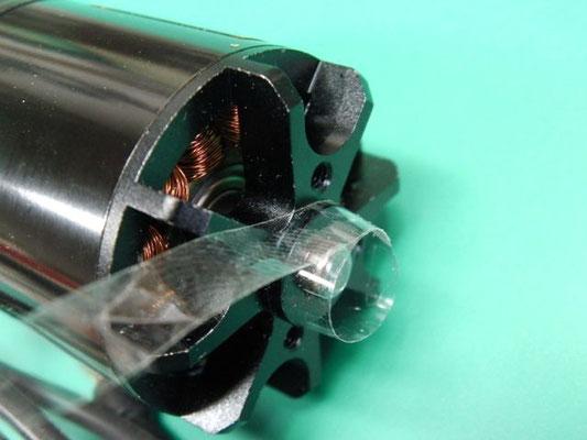 プロペラマウントをハメる時にガタがあるので、テープを巻いて隙間を無くす。