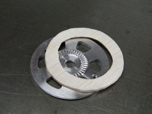 スピンナー・バックプレートと胴体の隙間確保の為のスペーサーとしてリング状の2ミリバルサを用意。