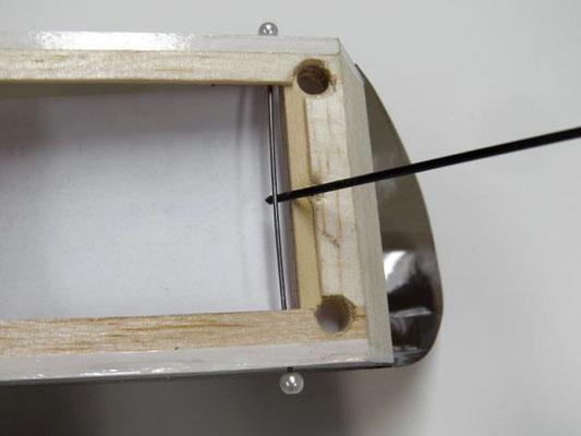 止めネジを外してピアノ線を溝から出す。 溝が狭ければ、他のφ1ピアノ線やドリル刃で広げる。 ピアノ線が曲がっていたら、金属棒などを使って真っすぐに直す。