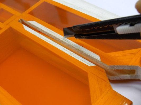 水平尾翼の取り付け方。 まず三角材を接着する部分のフィルムを4mm 幅で切り取る