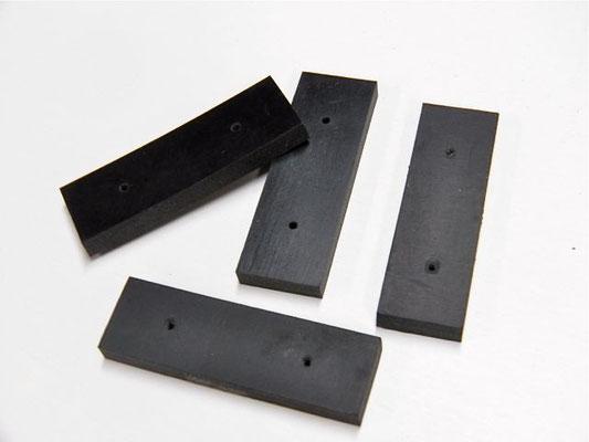 ゴム板はホームセンターで入手可能だが、厚みや柔らかさがマチマチ。モーターの揺れを少なくしたければ、ゴム板の幅を増したり、取り付けネジを追加して対応。
