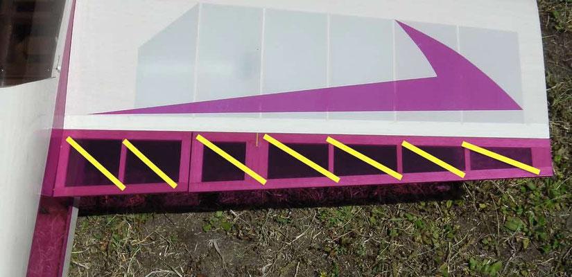 動翼のねじれ修正方法。 付属の透明フィルムを帯状にカットして、斜め方向に引っ張りながら貼る。
