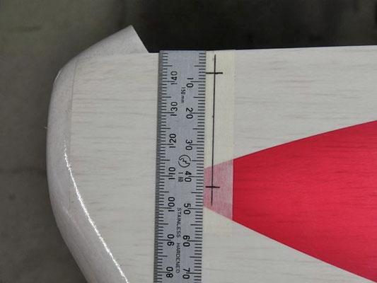 上端から7mmと43mmの所にキリで穴を開け、穴を皿ネジに合うように仕上げて瞬間接着剤で固めておく。