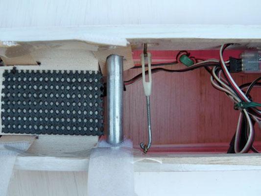 翼の抜け防止方法は、翼に取り付けたヒートンをロッドアジャスターで繋ぐ。