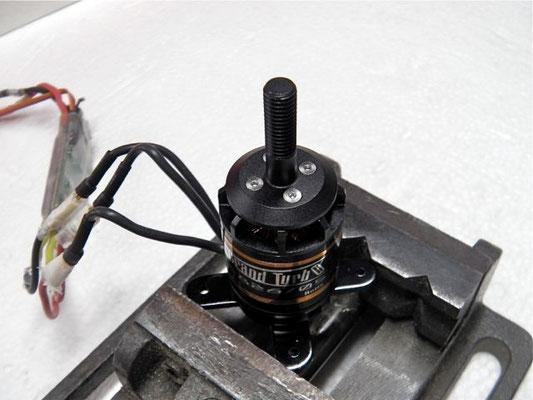 芯ブレが無いか回してみる。回転テストは短時間に。 プロペラマウント取り付け位置を90度ずつズラして最良点を探す。