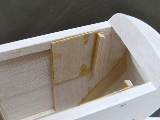 接着した5×5ヒノキ材はこの様になっている。 上端はベニヤ板に合わせて斜めにカットしておく。