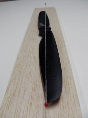 バランスを調べていると、時にはこんなプロペラに出くわす事がある。 確認のため、マチ針の間に張った糸の下にペラを置いてみた。