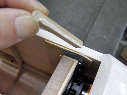 ゴムを木ネジで止め終えたら、5×5×49mmヒノキ材をベニヤ板に接着し、ゴムのたわみ過ぎを防ぐ。