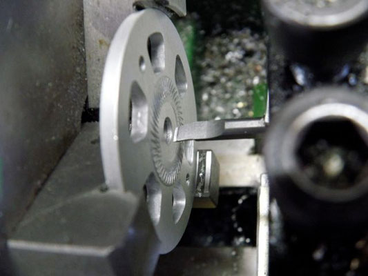 スピンナー・バックプレートの穴は旋盤で広げるのが理想。