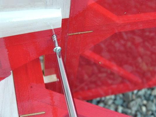 垂直尾翼は2.4×16ネジで固定