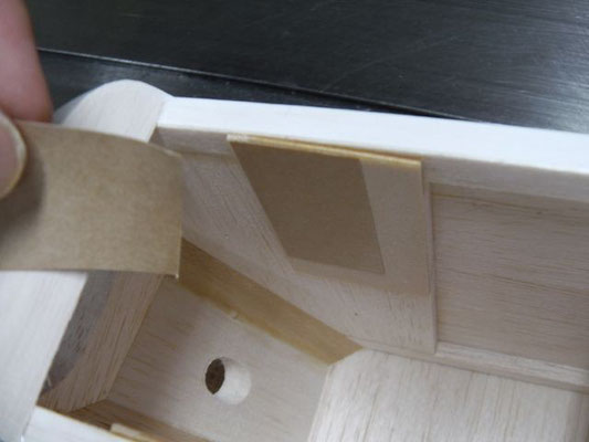 ゴム板が薄くてマウント幅がユルユルになってしまう場合は、紙テープを貼って隙間を無くす