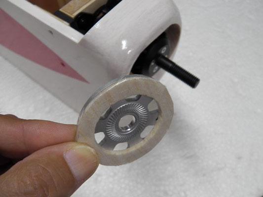 スピンナー・バックプレートの裏側に、2ミリバルサをテープで貼り付けておく。