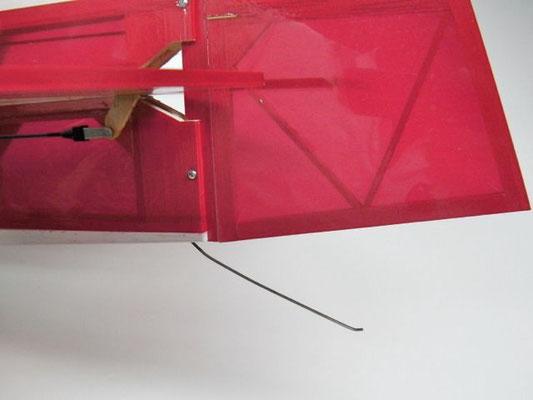 付属の尾そりの曲げは差し込み深さを示しているだけなので、ラダーが地面に触れない程度にまで曲げ直す。一点で折り曲げるより曲線にした方が折れ難くなる