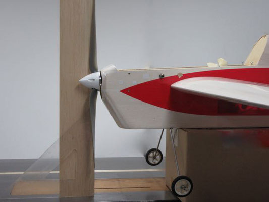 胴体の底が床と平行になる様な台に乗せて、プロペラが垂直になっているか時々点検する。