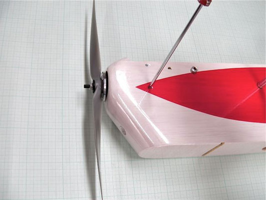 スラスト上下方向は胴体の底面が基準。 方眼紙などの直角を利用して、ゼロ又はややアップになる様に。