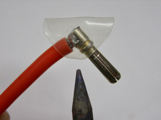 Φ8シュリンクチューブをこの様な形にカットしてコーナーに被せ、半田ごてで縮める。