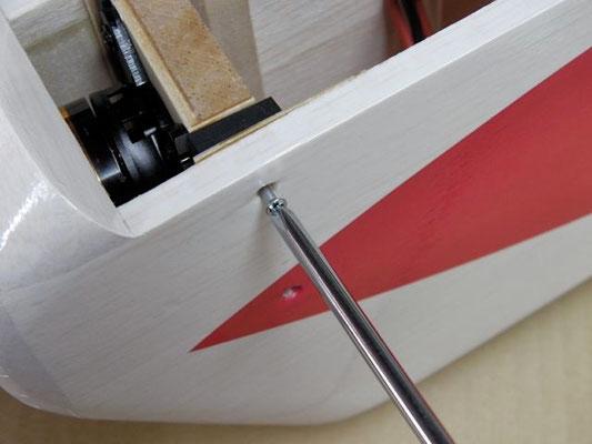 側板への取り付けは2.1×13サラねじを使う。 フライト後の微調整は下記の方法で。