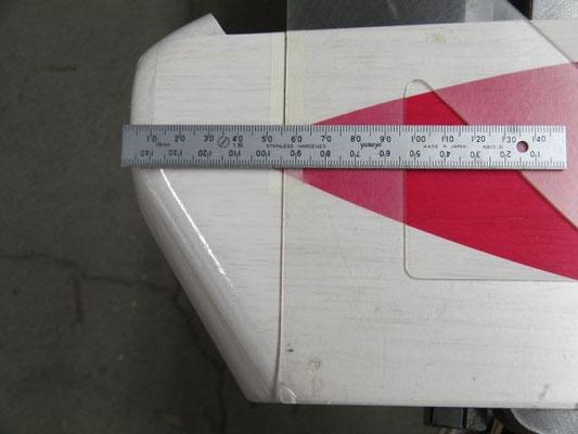 スピンナーとの隙間を2mmとるとして、胴体先端から56mmの所に印を付け、胴体下面に対する垂直線を引く。