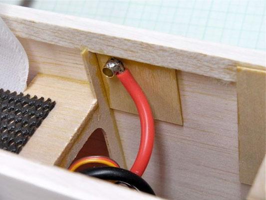内張りベニヤ板を貼り付け、そこにコネクター(メス)を通し、φ5ホイールリテーナーで抜け落ちを防止